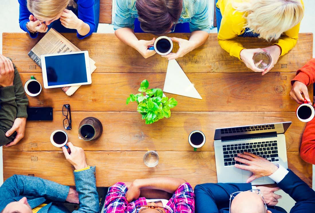 ישיבת צוות במשרד: ספריית ידע לחברות וארגונים